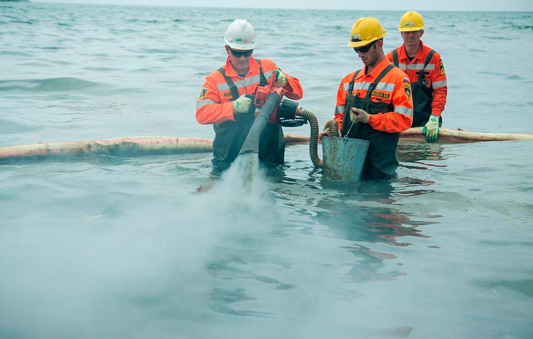 Разлив нефти на водоеме